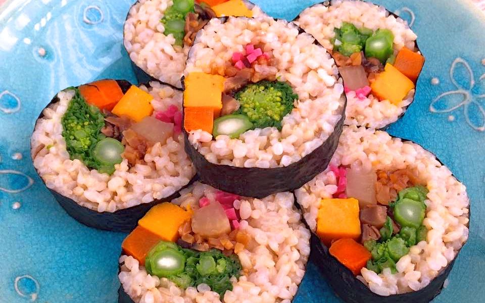 カラフルで目にも美味しい!玄米と野菜の太巻き寿司の作り方