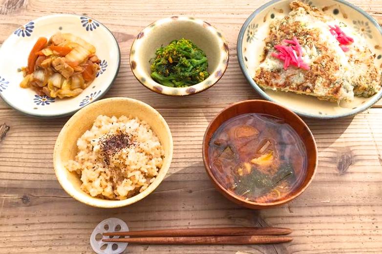 ある日のこんだて。蓮根と山芋のお焼き、菜の花の醤油マスタード和えほか。
